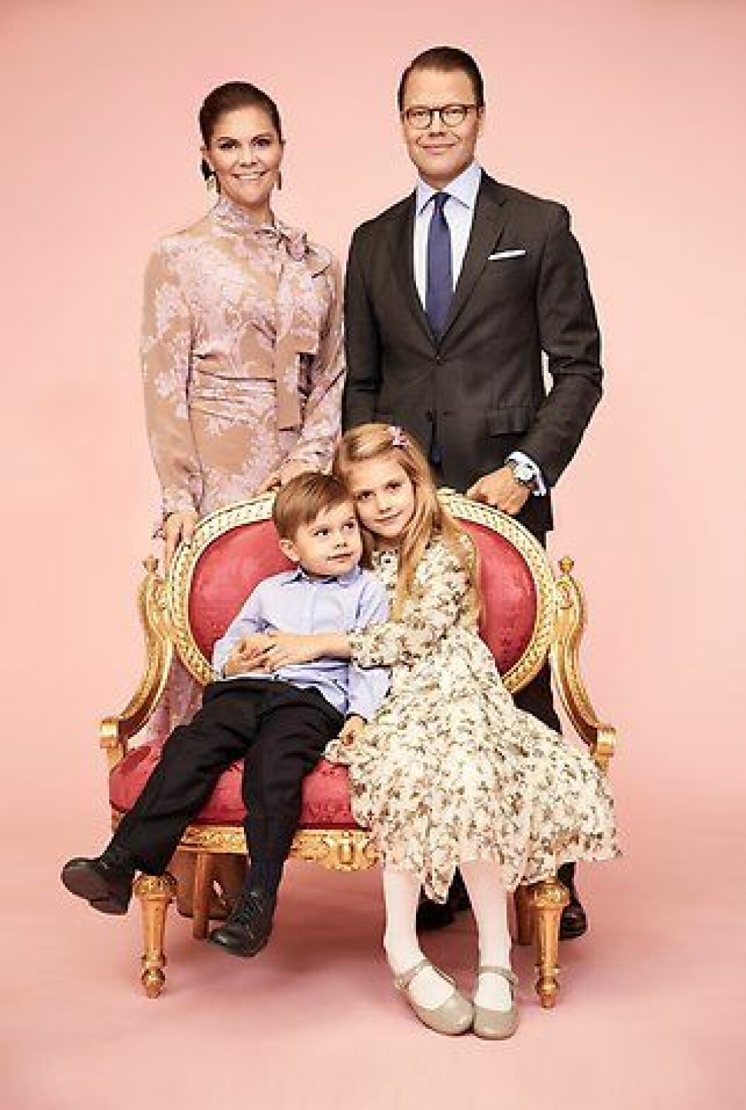 Den nya bilden på kronprinsessan med familj.