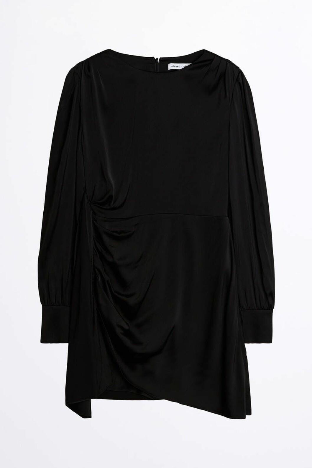 Svart klänning med draperade detaljer