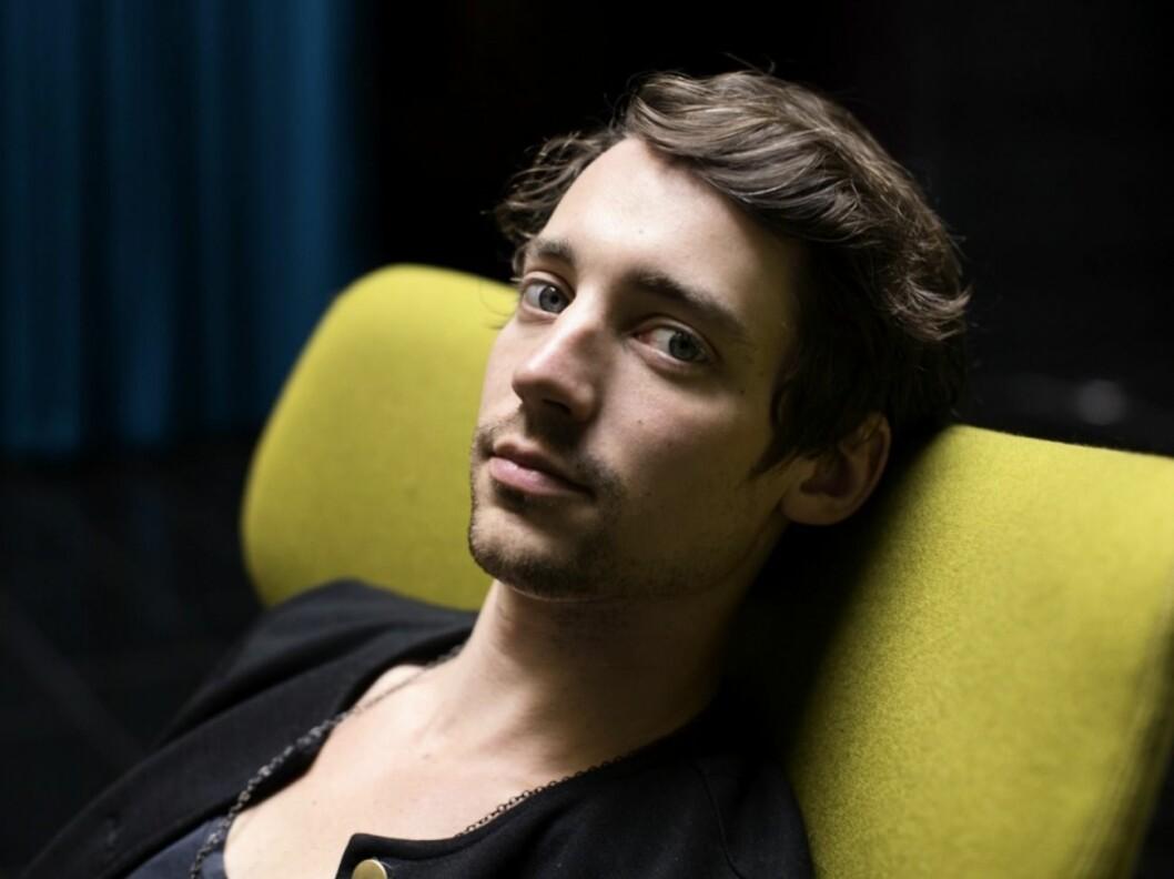 Adam Lundgren i grön stol