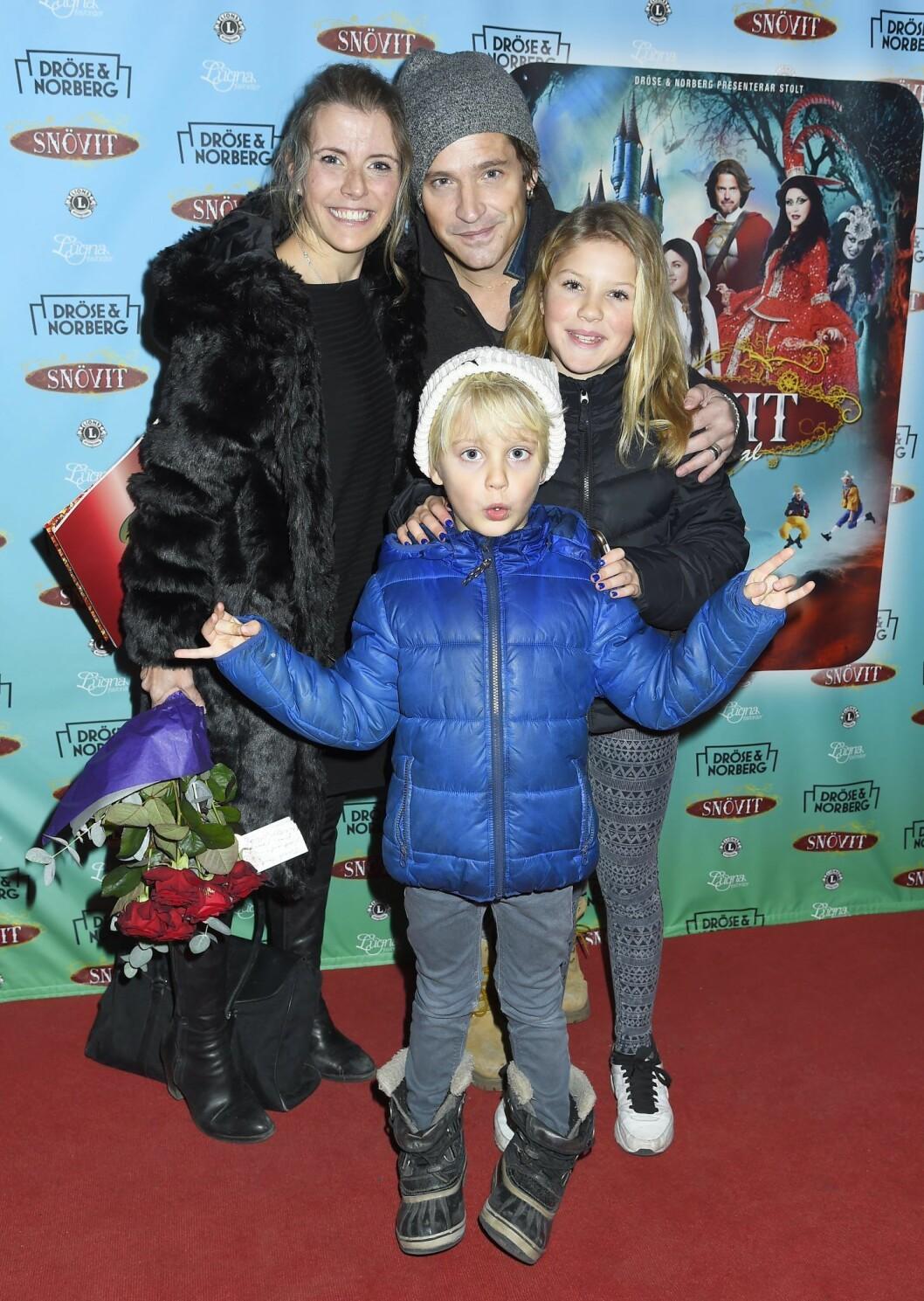 Andreas Johnson, Lisa Knapp och barnen Tim och Ella