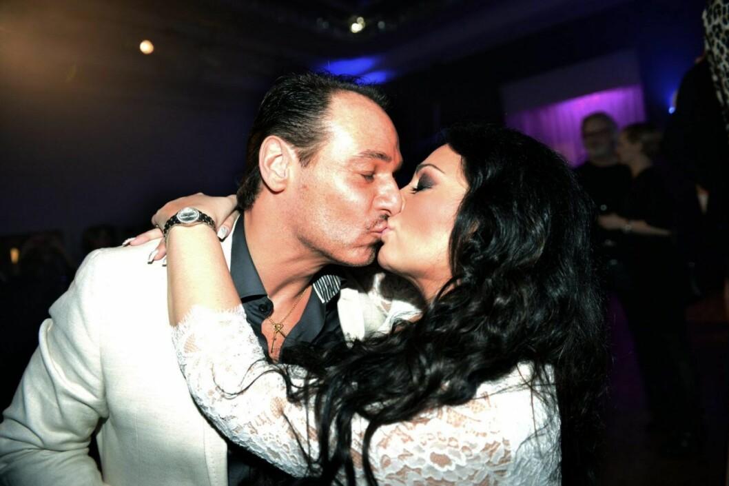 Anna Book och Roberto Toledano pussas