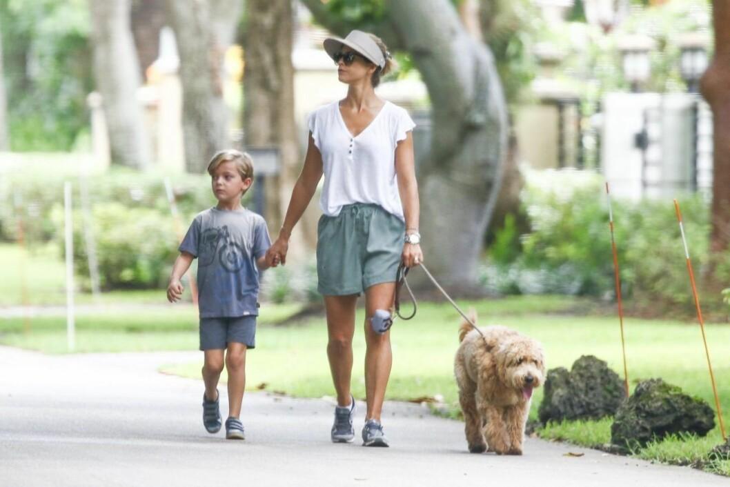 Madeleine och sonen på promenad