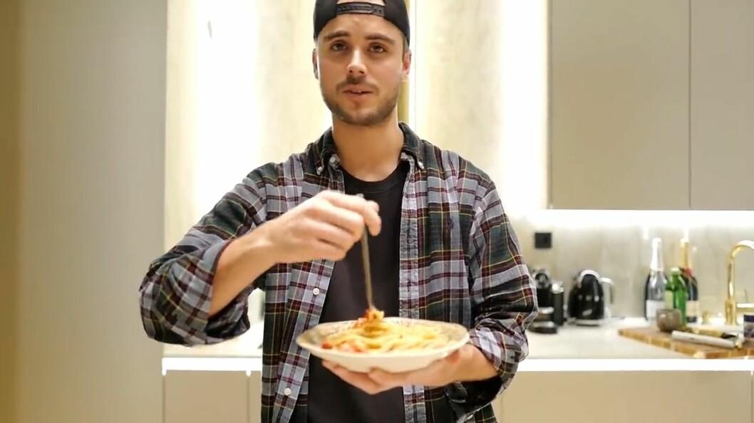 Phillipe Cohen lagar pasta i sin första Youtube-video.
