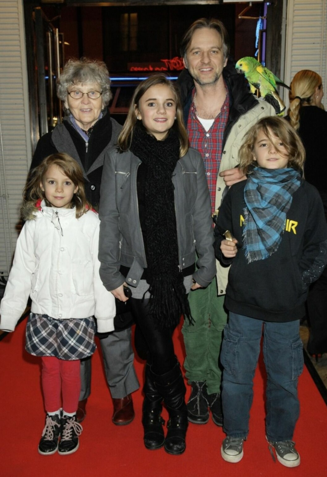 Björn Kjellman med sin mamma och barnen Estrid, Elof och Mirjam, 2009.