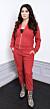 Camilla Läckberg i röd mjukisdress och cowboy-liknande boots