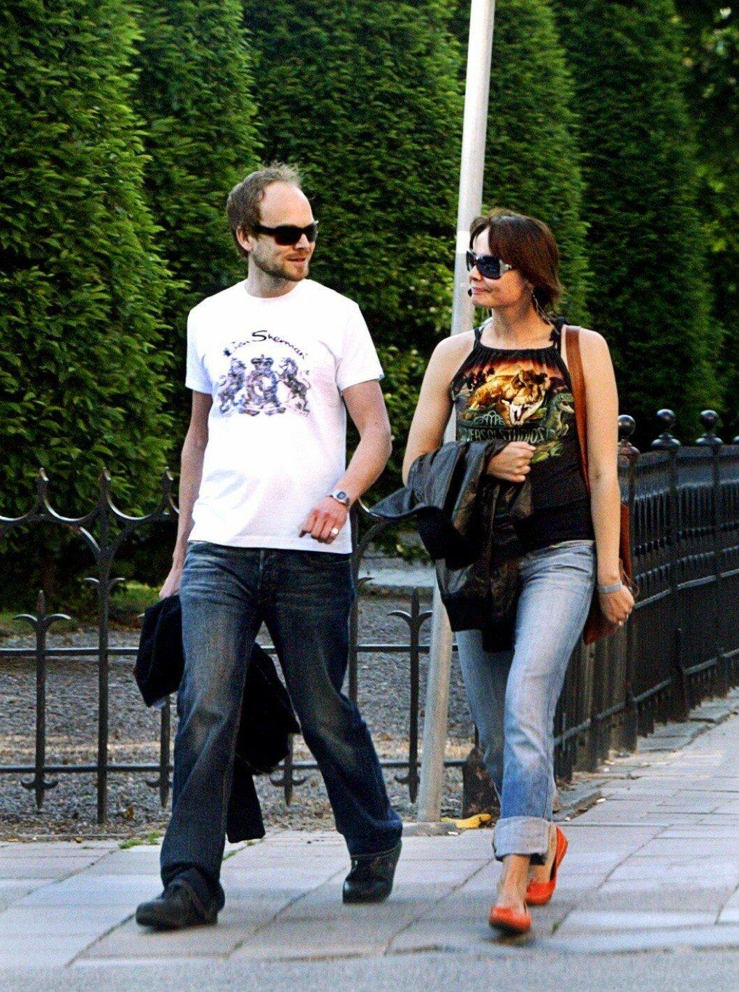 Carina Berg och Kristian Luuk går på en gata