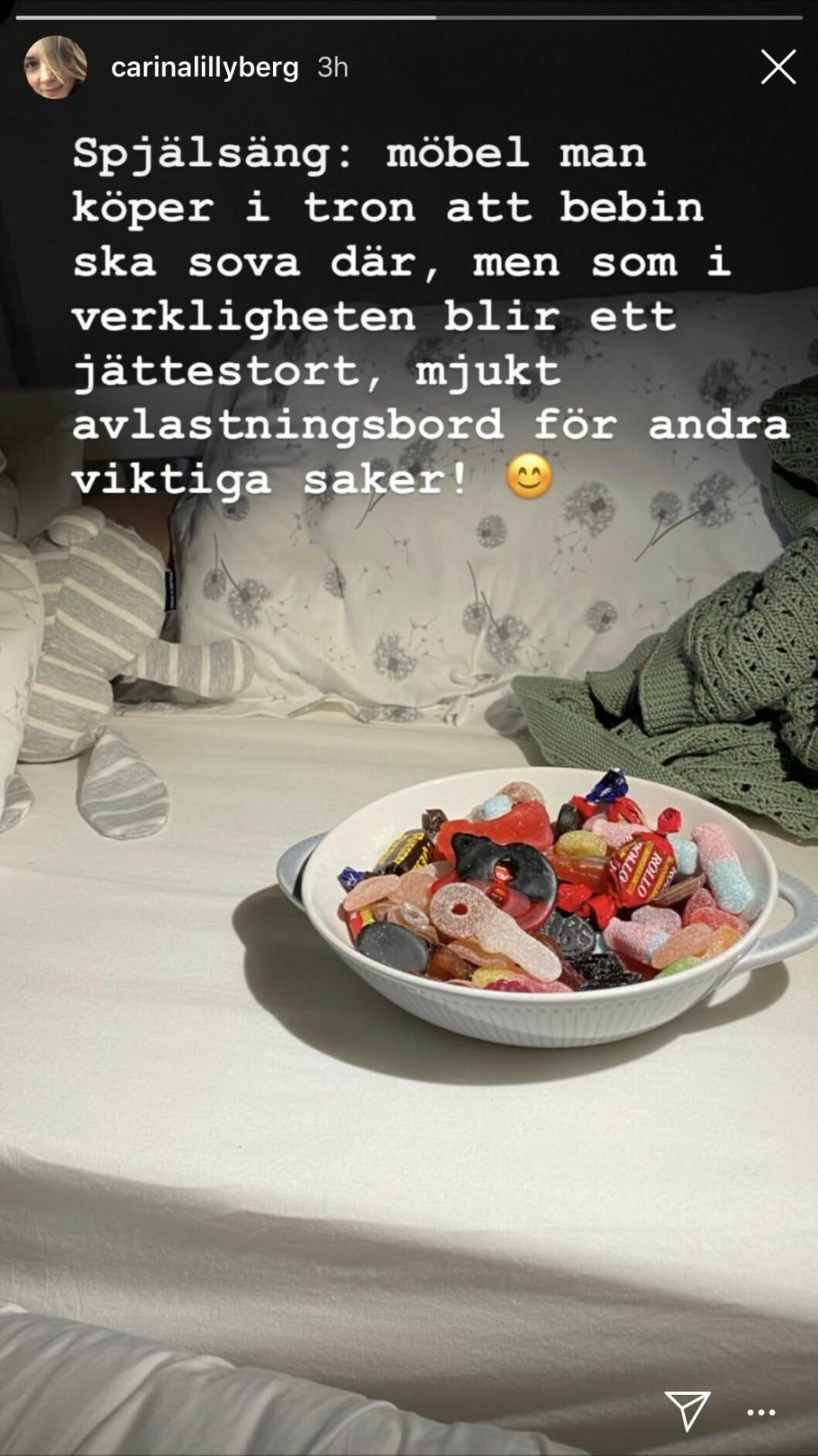 Instagraminlägg av Carina Berg på en spjälsäng och godisskål