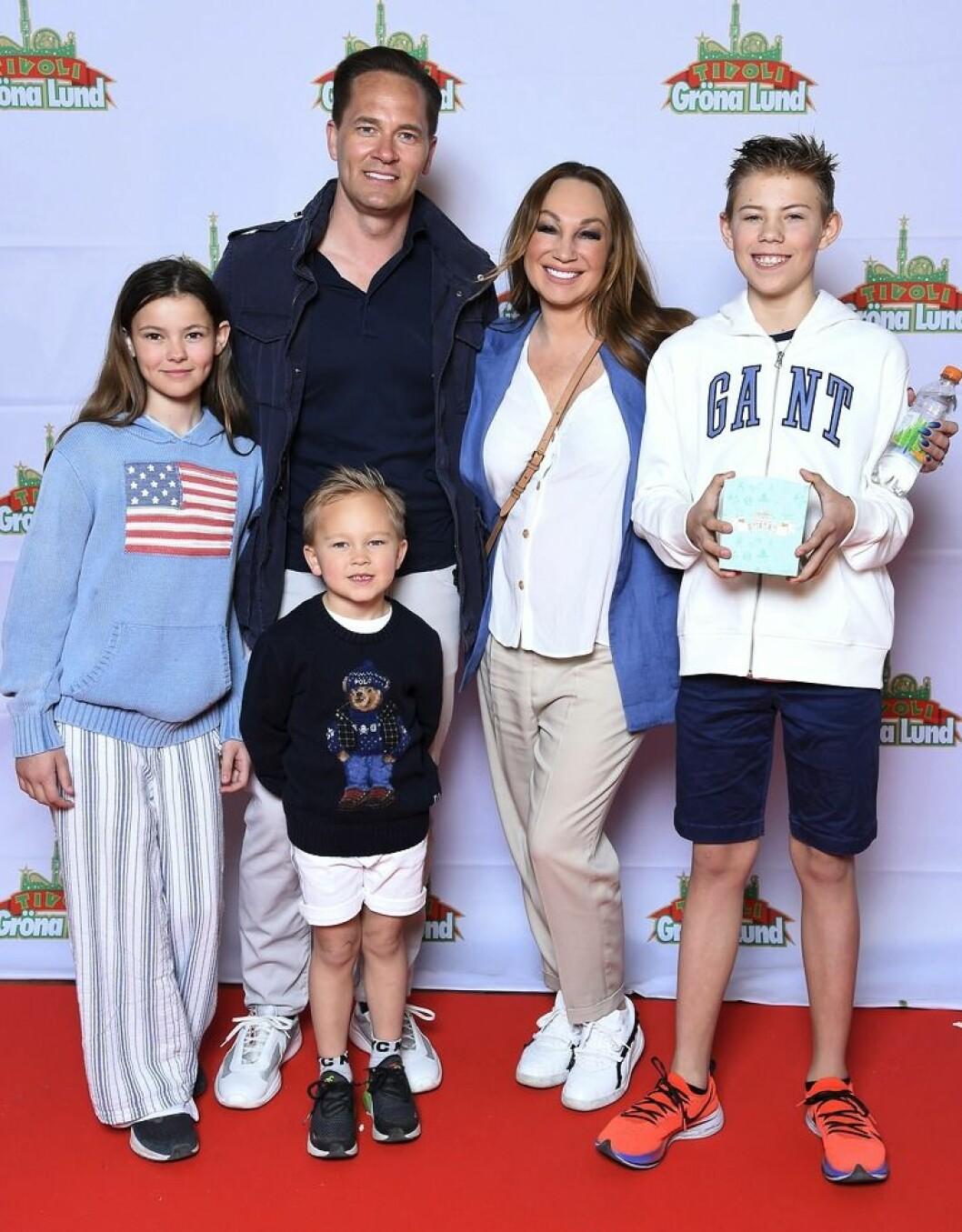 Charlotte Perrelli och Anders Jensen med barnen Adrian, Alessio och Izabella. FOTO: Karin Törnblom/TT