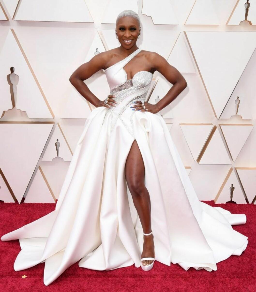 Cynthia Erivo i vit klänning på röda mattan