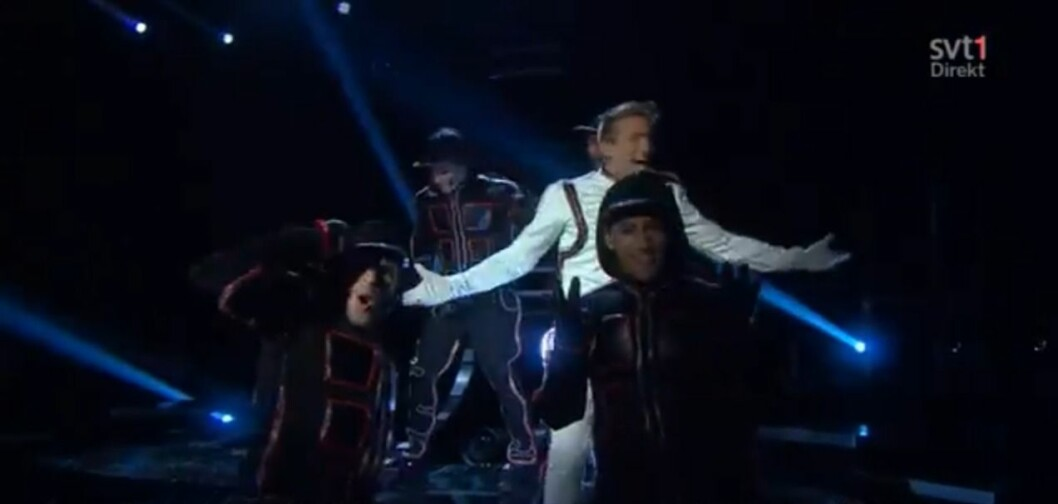 "Alvaro Estrella dansade bakom Danny Saucedo i bidraget ""Amazing"" år 2012."