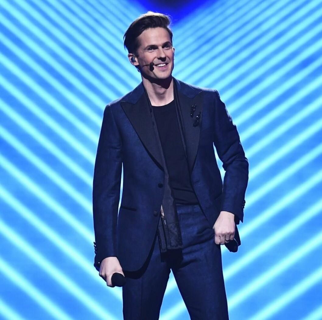 David Lindgren på scen med blått ljus