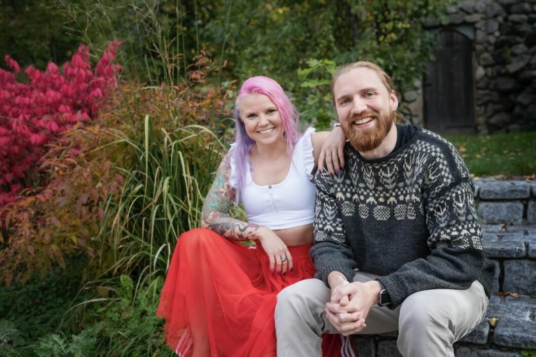 Elina och Albin myser på en bänk, Gift vid första ögonkastet