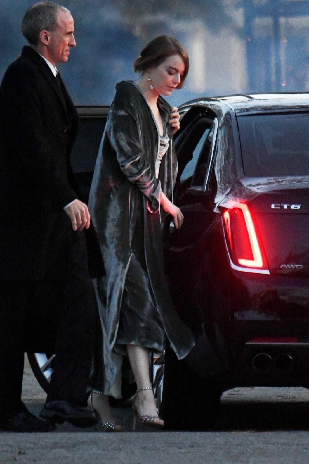 Emma Stone på väg till Jennifer Lawrences bröllop