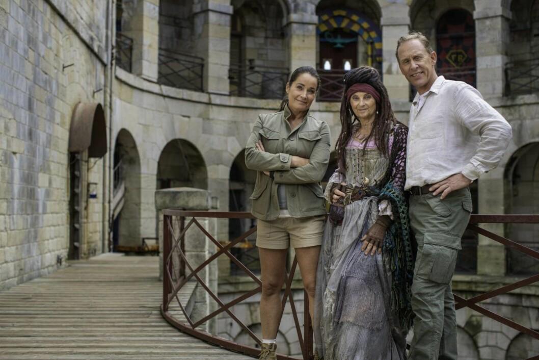 Programledarna Agneta Sjödin och Gunde Svan med Madame Fouras som spelas av Suzanne Reuter.