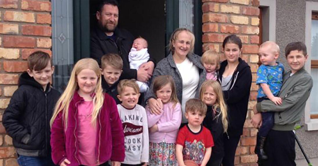 Familjen Donoghue med mamma Tessa och John och 12 barn.