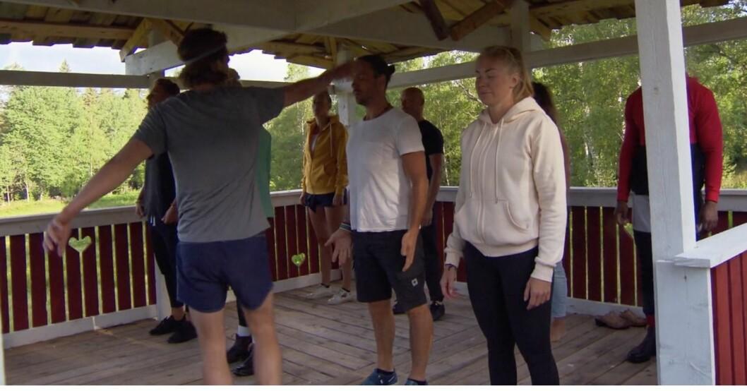 Farmen-gänget kör yoga