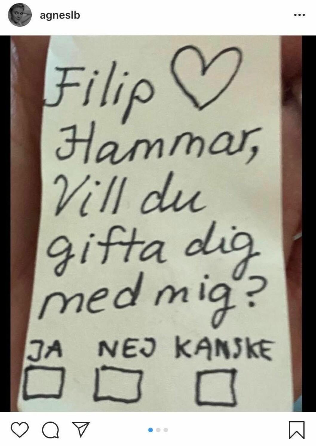 Agnes Lindström och Filip Hammar har förlovat sig