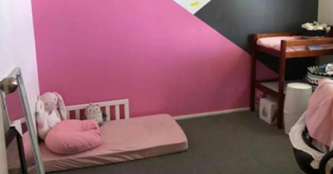 Flickrum med madrass på golvet.