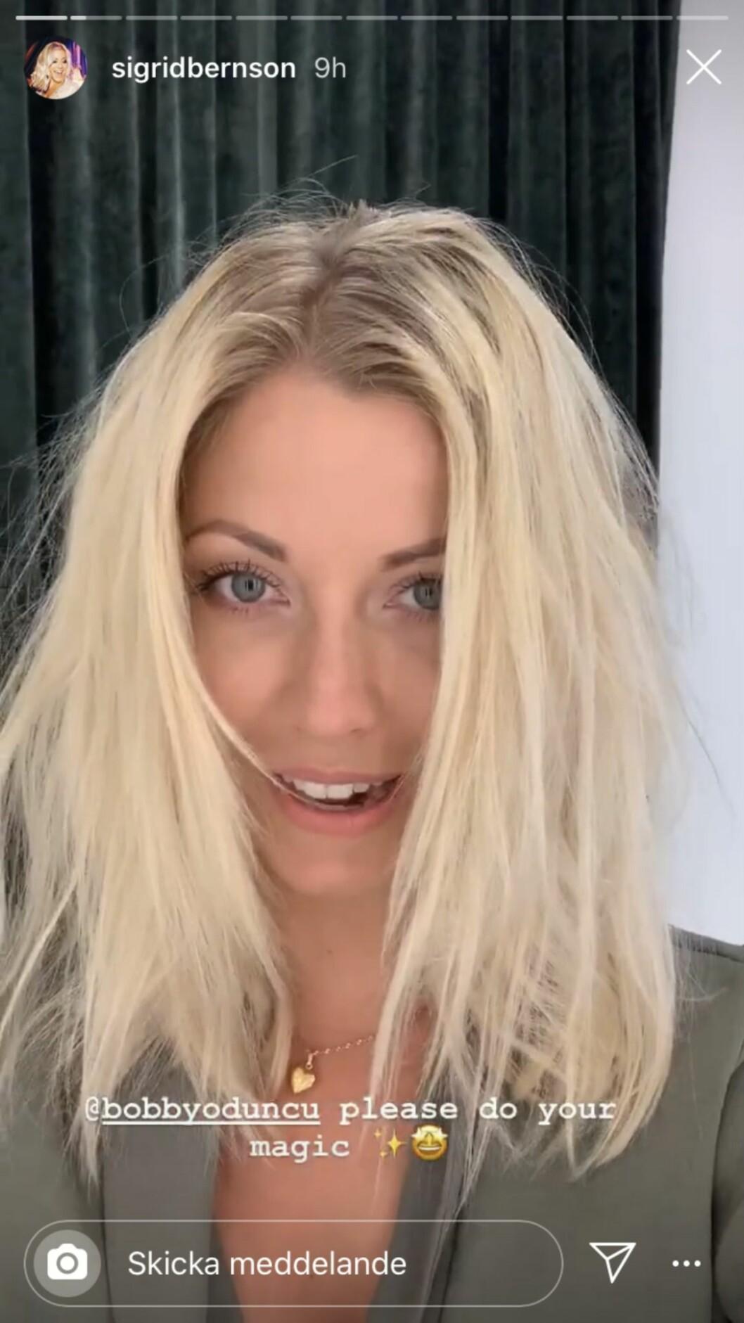 Sigrid Bernson visar upp sitt hår innan frisörbesöket.