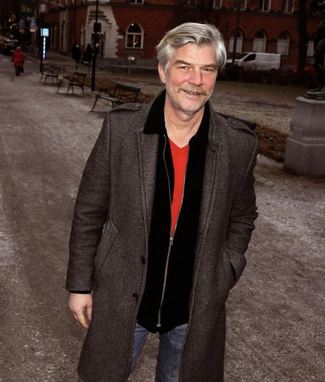Jakob Eklund röd tröja i en park