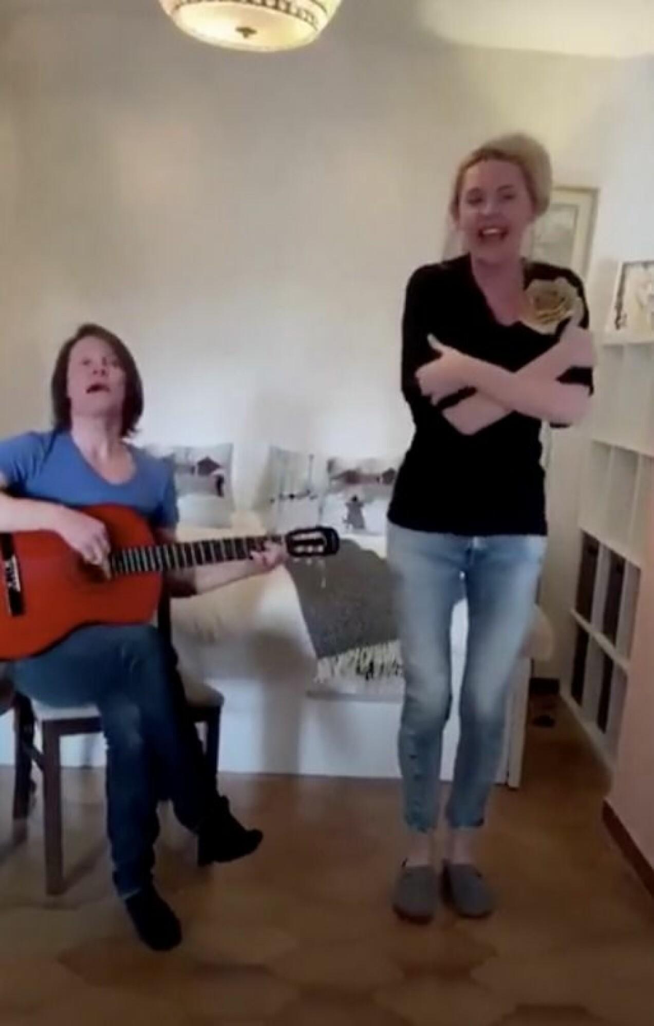 Jakob Hellman och frun Karolina sjunger ihop.