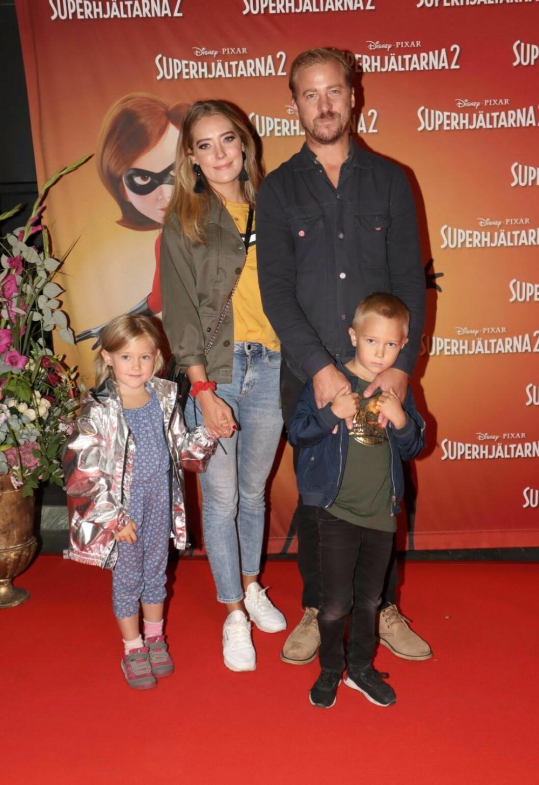 """Erik """"Jerka"""" Johansson med flickvännen Lisa Sjösten och barnen Rolf och Lena på galapremiären av Superhjältarna 2."""