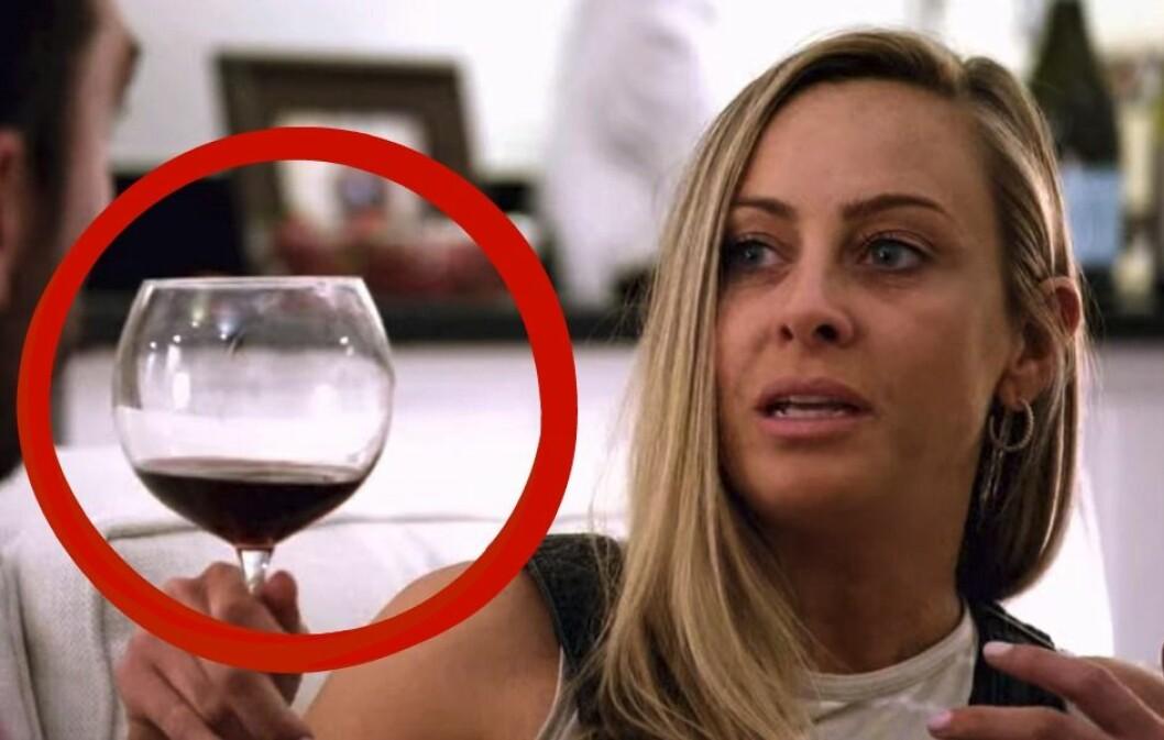 Jessicas glas är plötsligt bytt till rödvin i Love is blind