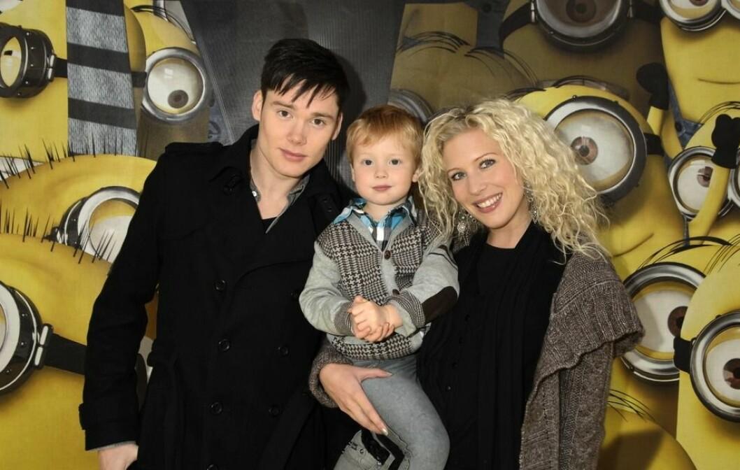 """Jimmy Jansson och Sandra Dahlberg med sonen Wilmer på galapremiär för barnfilmen """"Dumma mej"""" år 2010"""