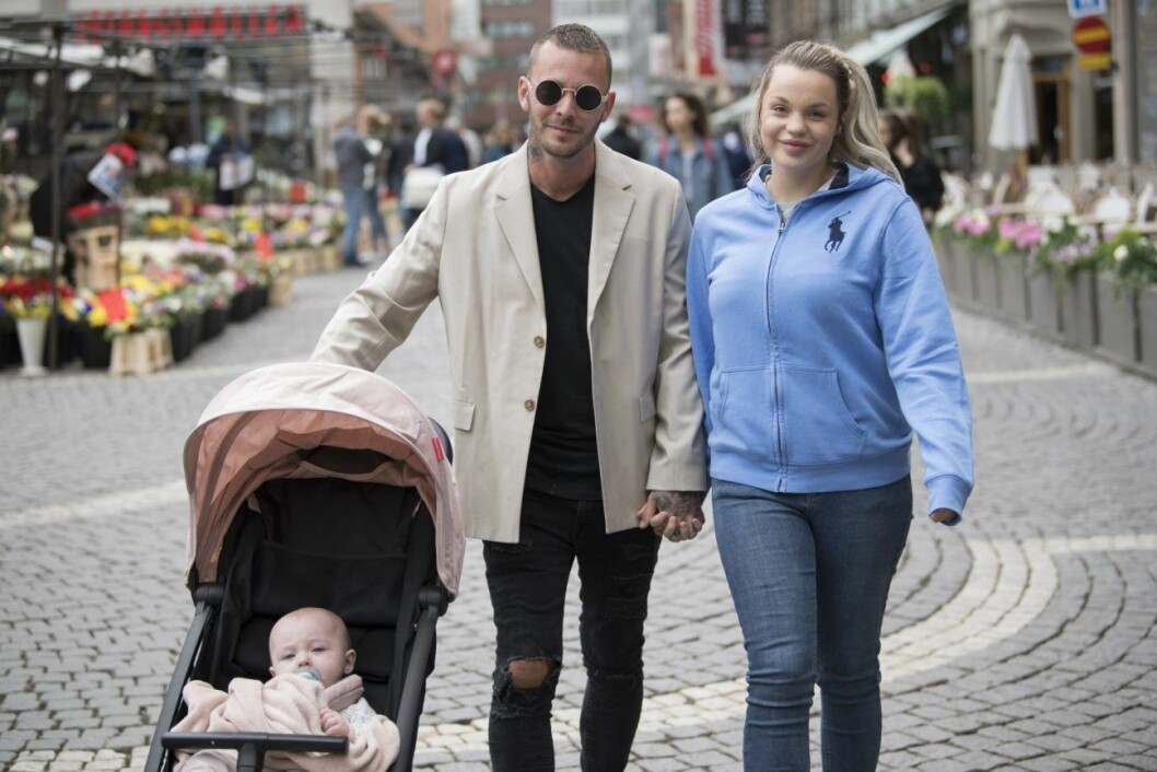 Joakim och Jonna Lundell med dottern Lunabelle i barnvagnen