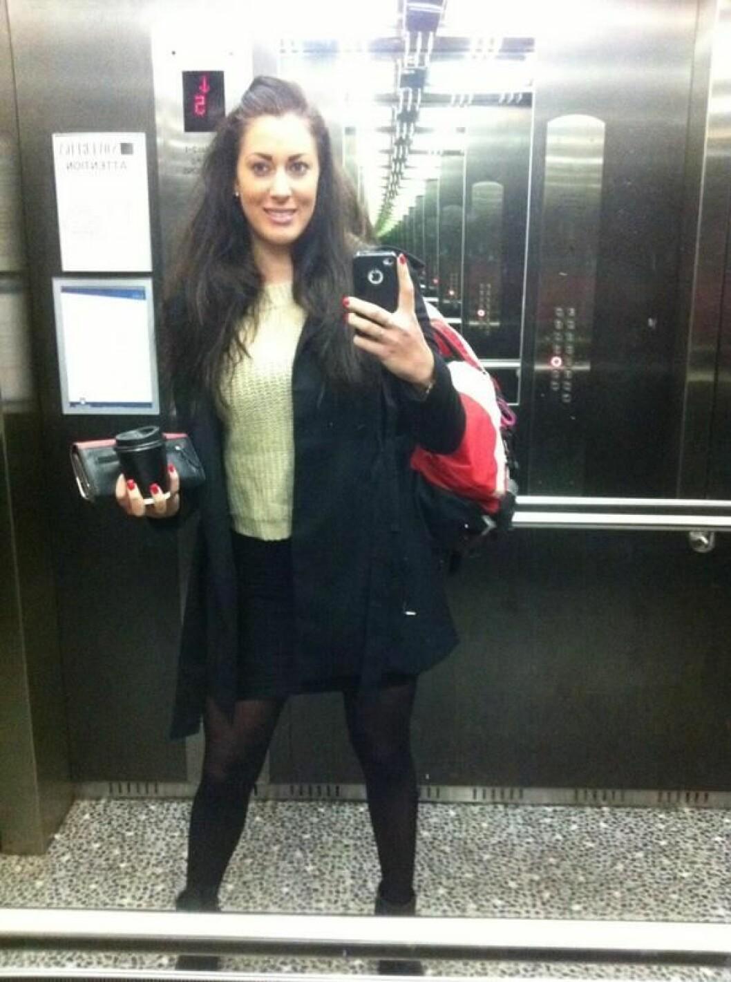 Josefin capllonch står i en hiss