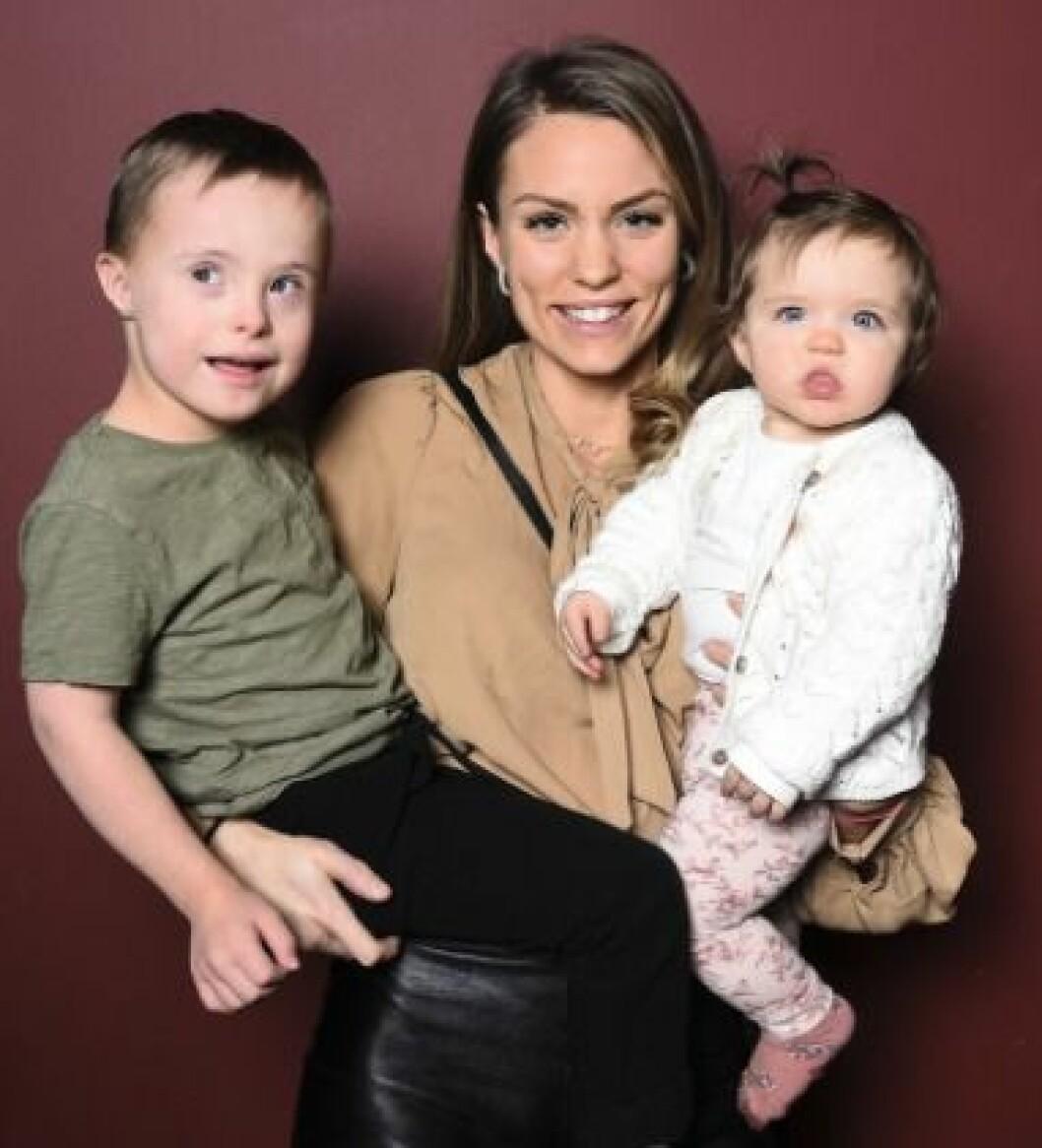 Julia Bergman med sina två barn Milan och Zelda.