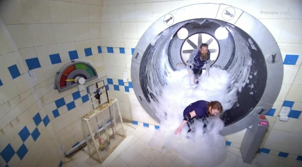 Kishti tomita och chris kläfford i en cell i fångarna på fortet på TV4