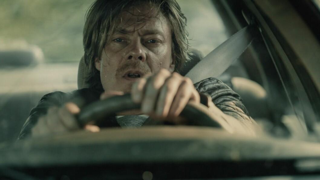 Kristoffer Joner kör bil