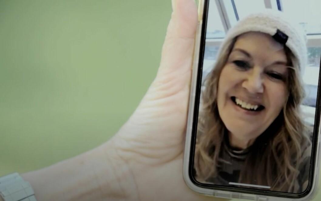 Lena blir uppringd på Facetime i Bonde söker fru jorden runt