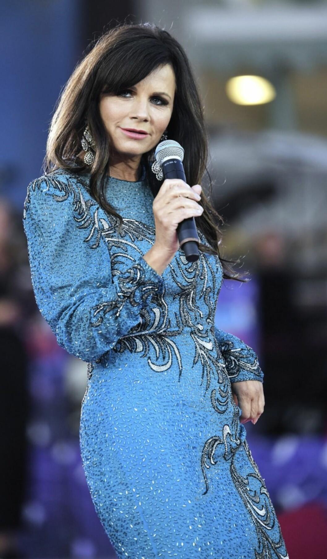 Lena Philipsson på scen i blå klänning