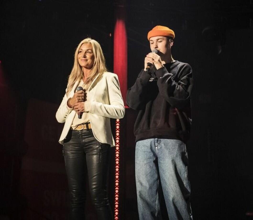 Jessica Andersson och sonen Liam Erixon på scen tillsammans, genrep för Tillsammans mot cancer-galan.