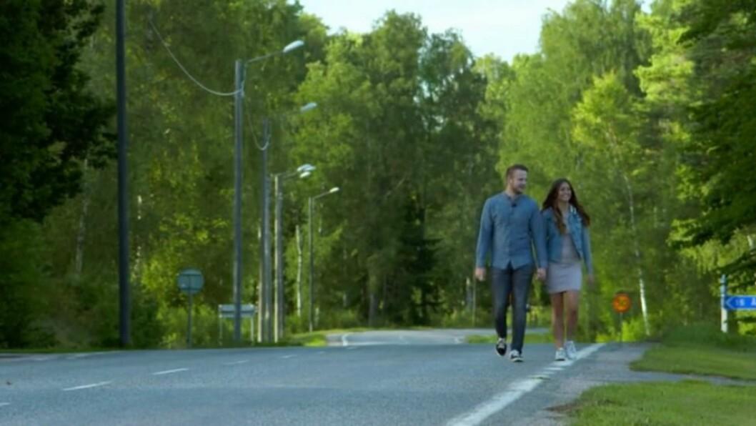 Under en romantisk promenad med Erik Bäckman funderar Linnéa Åberg på barn och giftemål.