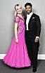 Linn Hegdal och John Lundvik i rosa klänning och svart kostym