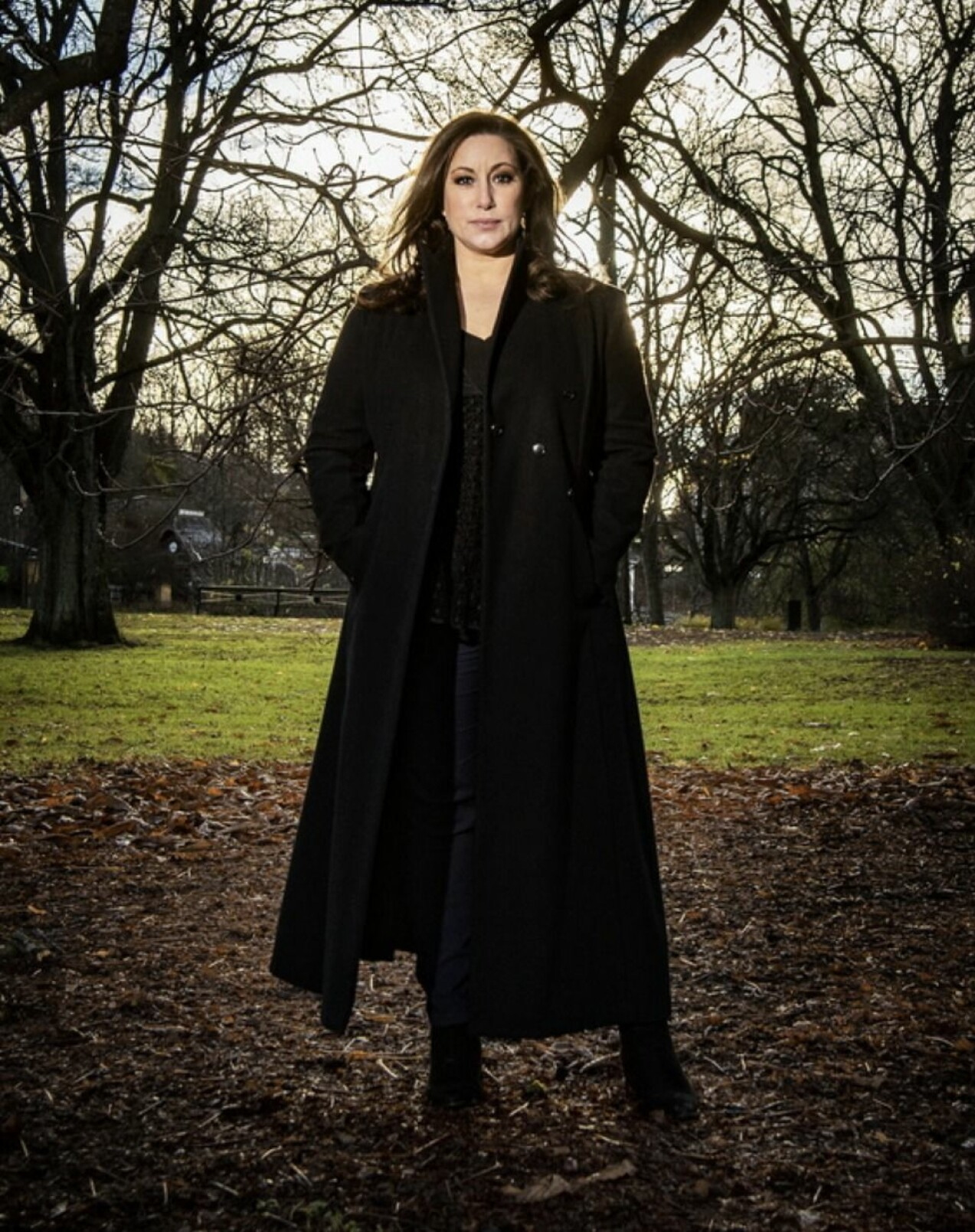 Lisa Nilsson står bland lite träd