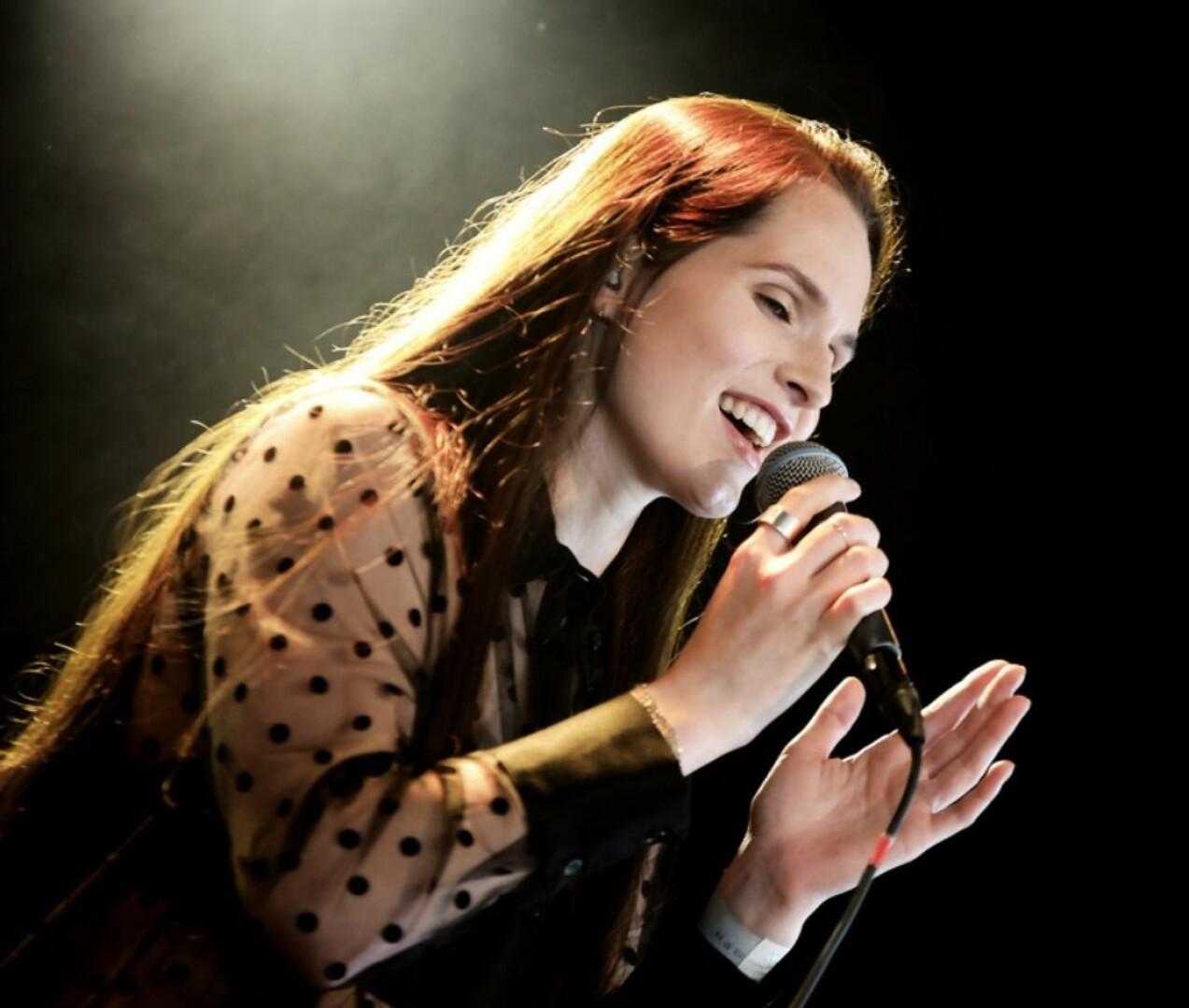 Maja Strömstedt sjunger i mikrofon