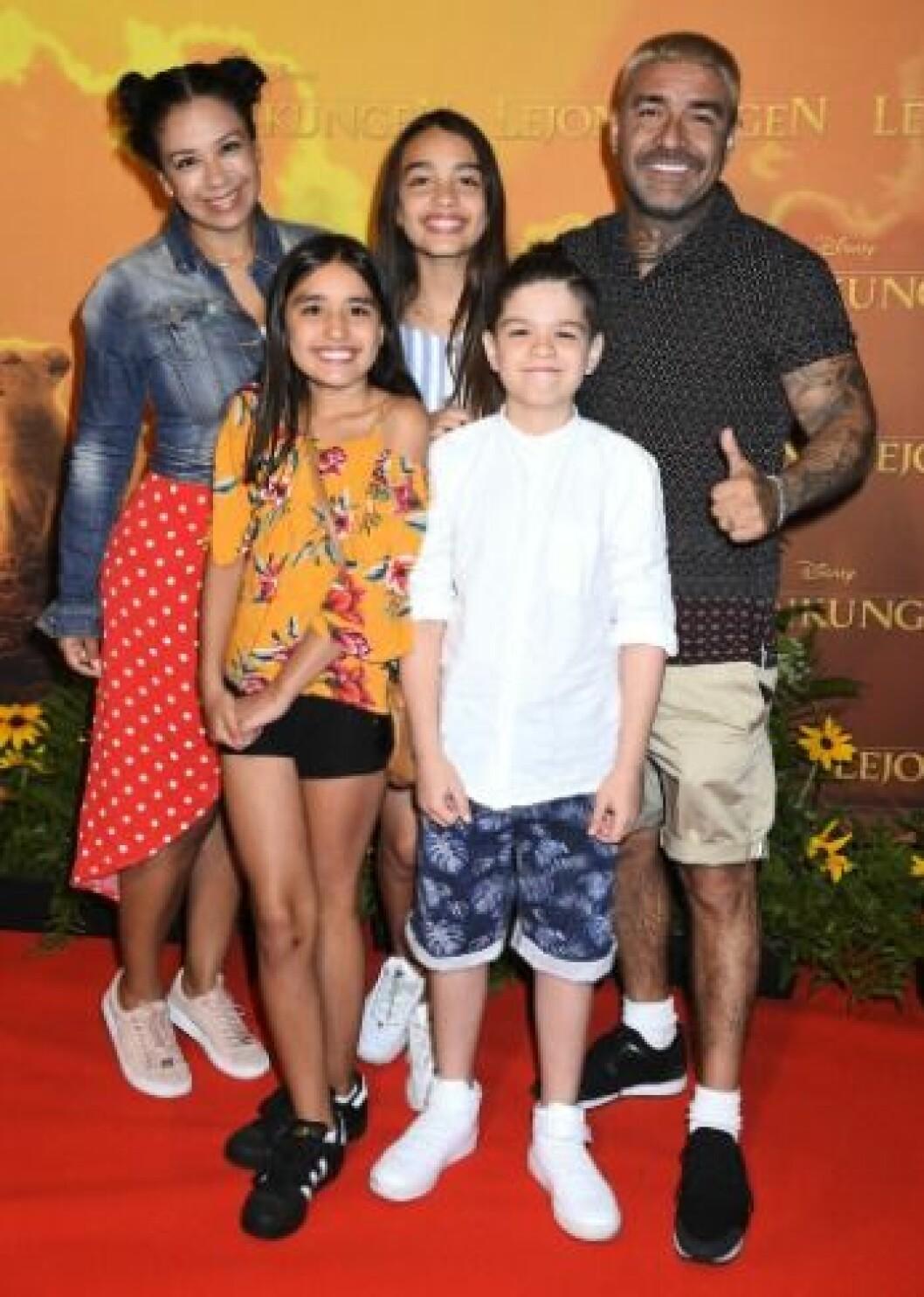 Mendez tillsammans med familjen på premiären av Lejonkungen.