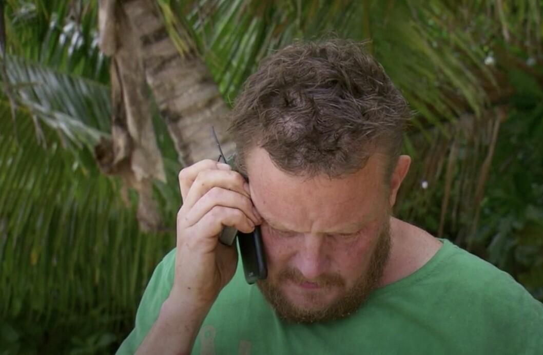 Michael Björklund pratar i telefon med sin fru jenny i Robinson 2020