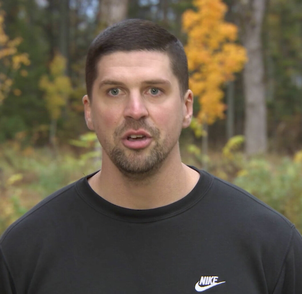 """Coachen Mikael Hollsten tränar deltagarna i viktsåpan """"Biggest Loser""""."""