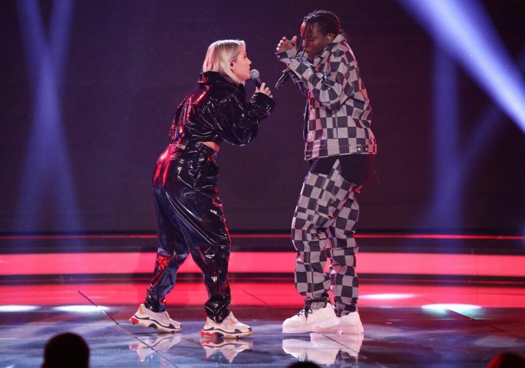 Tusse Chiza uppträder tillsammans med Molly Sandén under Idol 2019 med en blå och röd scen.