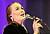 Monica Mac sjunger med lila bakgrund