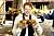 Mauri Hermundsson håller upp hamburgare och pommes frites