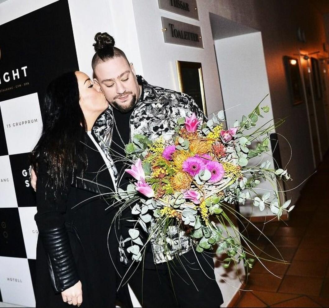Nano Omar och frun Frida Blum pussas på melodifestivalens efterfest 2019