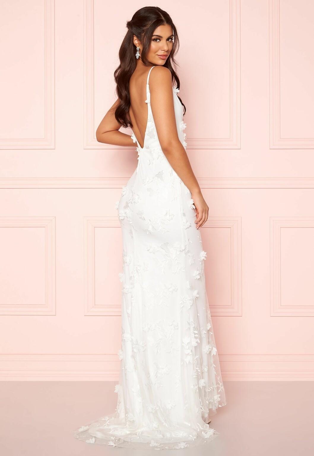 Modell i vit bröllopsklänning
