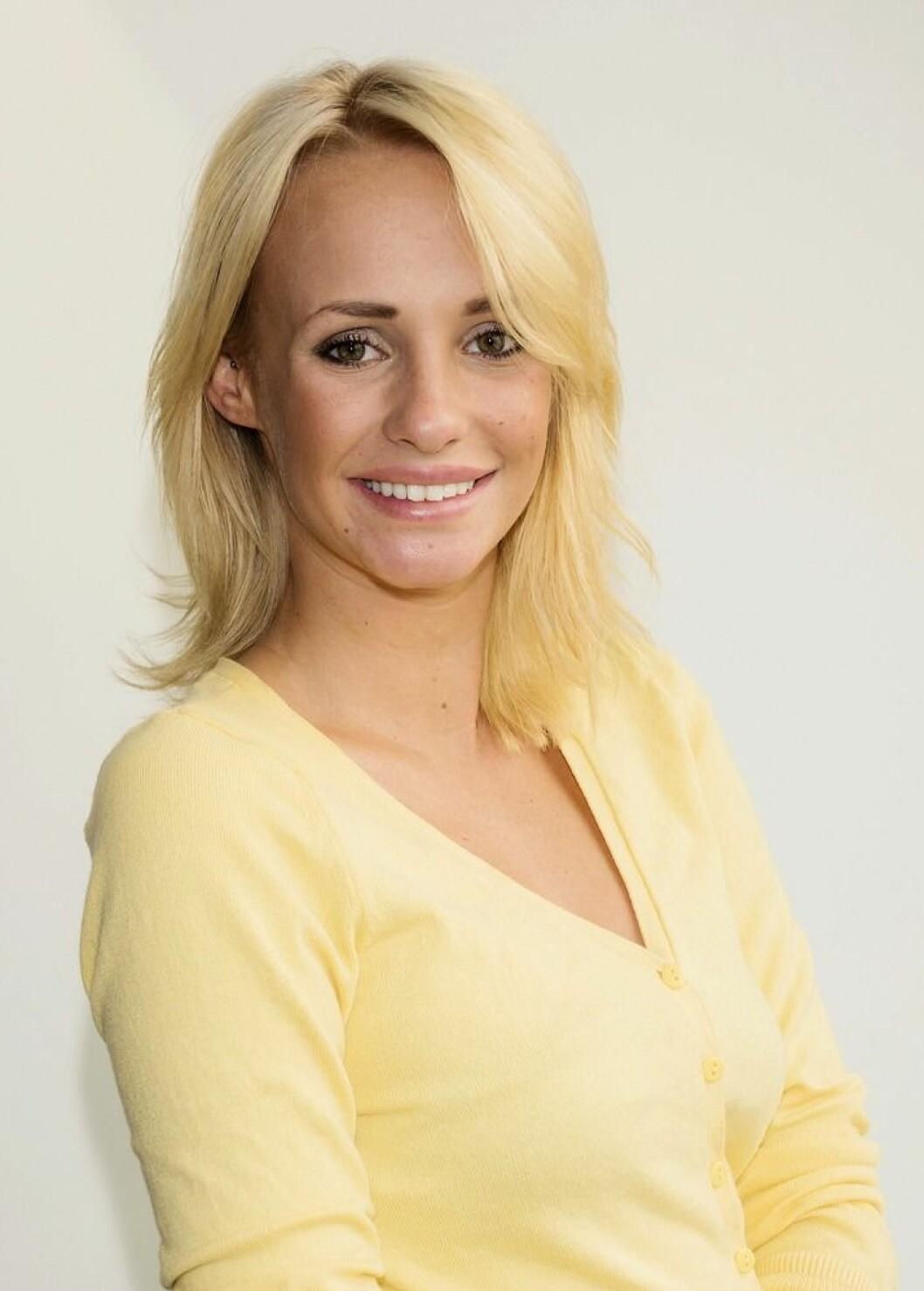 Paulina Paow Danielsson gul tröja kort ljust hår