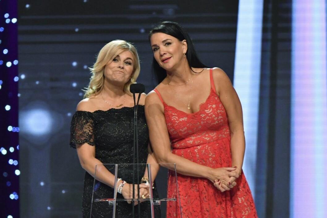 Pernilla wahlgren och sofia wistam pratar i en mikrofon